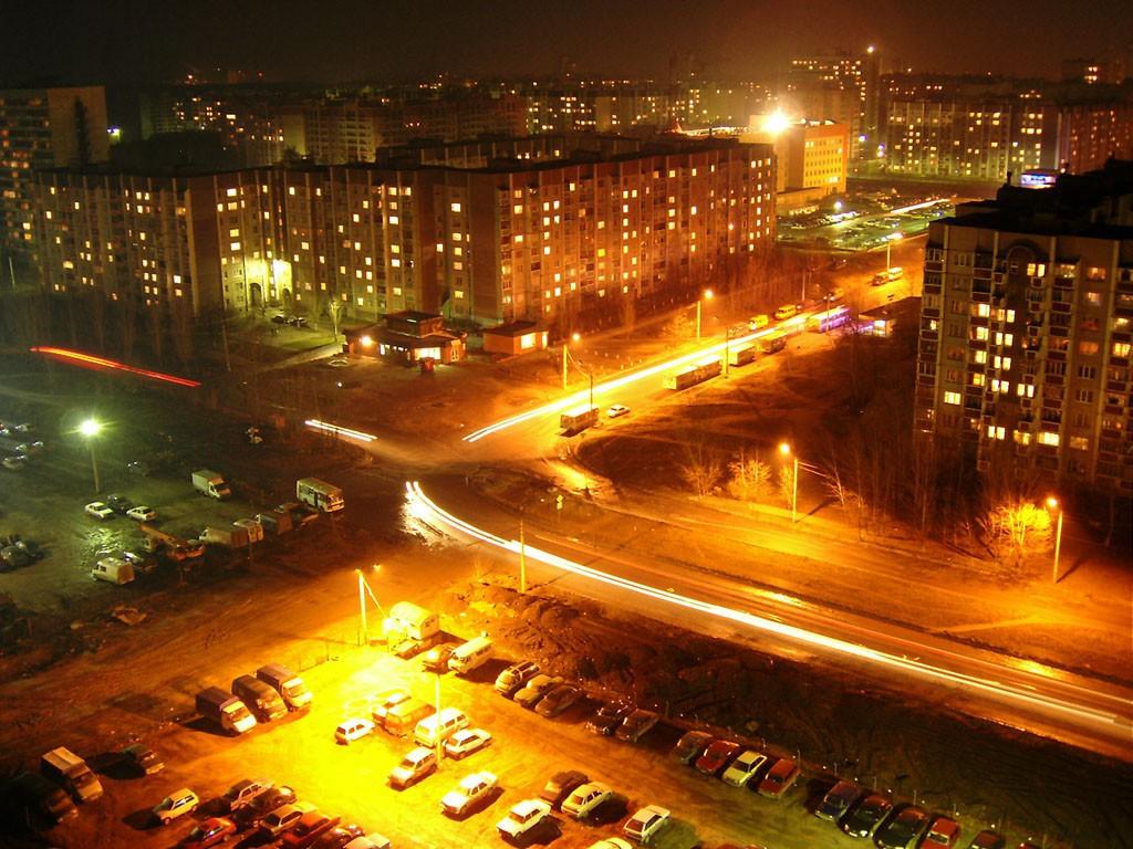 Вид ночью на улицу 60-й Армии в Северном районе Воронежа фото