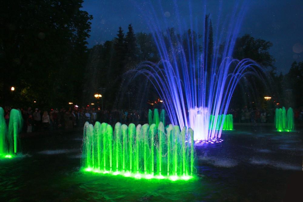 Цветной,поющий фонтан в Кольцовском сквере в Воронеже фото