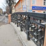 Замки на каменном мосту в Воронеже фото
