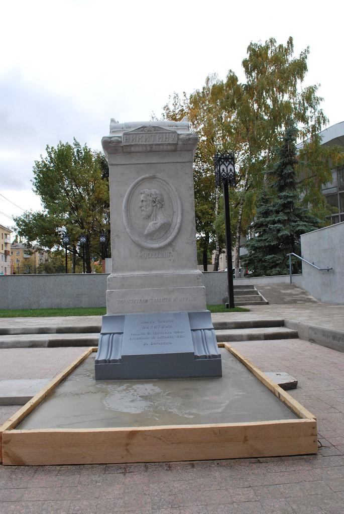 Памятник Никитину в литературном некрополе в Воронеже фото