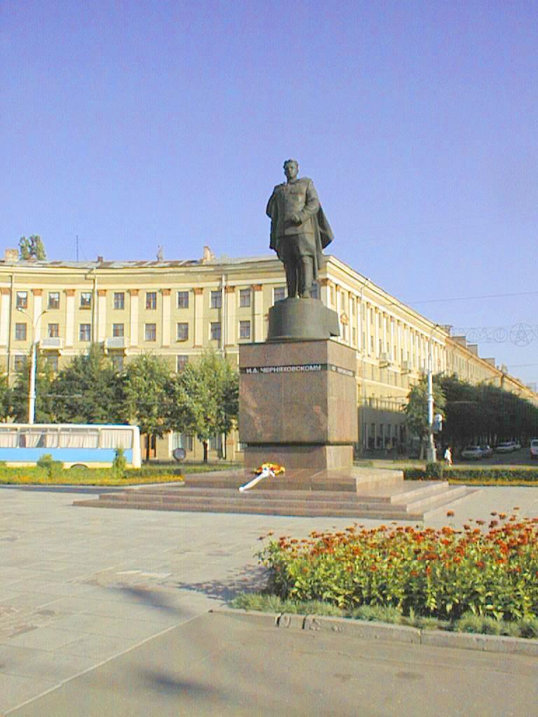Памятник Черняховскому в Воронеже фото