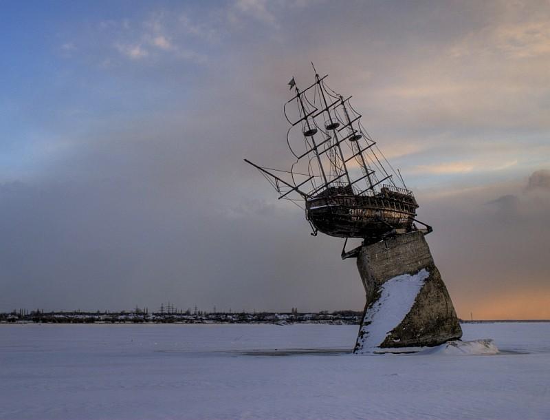 Памятник корабль Меркурий в Воронеже фото