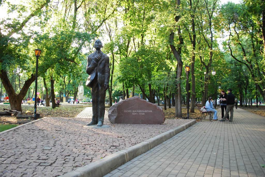 Памятник О.Мандельштаму в Воронеже фото