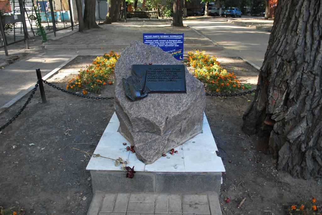 Памятник погибшим детям в Воронеже фото
