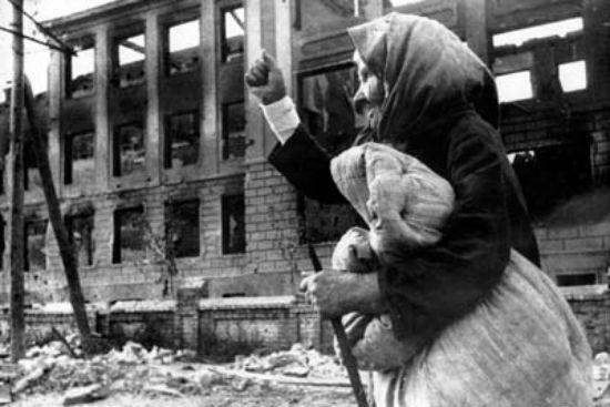 Бабушка на фоне разрушенного здания в городе Воронеж, 1942 год фото
