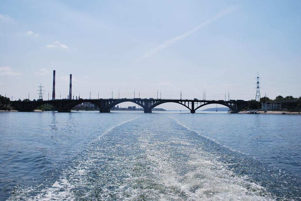 Вид с водохранилища на Вогрэсовский мост в Воронеже фото